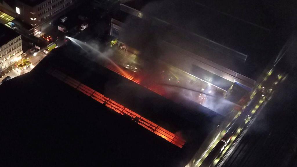 Ein Löschzug der SBB bekämpft den Brand in einer Lagerhalle in Dietikon ZH.