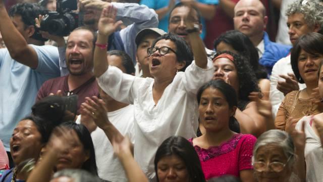Menschen feiern die Verurteilung von Ríos Montt