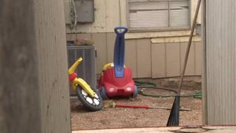 Der Hinterhof in San Antonio, in dem eine Frau zwei Kleinkinder über Nacht gefesselt liess.