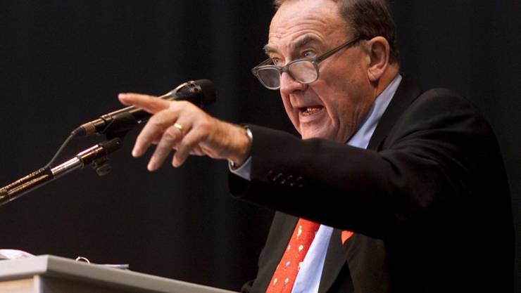 Auktionator Pierre Koller (1924-2019) bei einer Versteigerung von 400 Bankobjekten im Jahr 2001 in Zürich. (Archivbild)