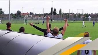 Beim Landesliga-Derby des TSV Eschach gegen den SV Kehlen grätscht ein Zuschauer den Ball von der Linie und verhindert ein sicheres Gegentor.