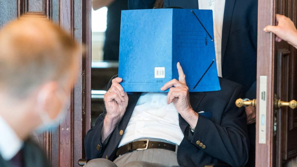 Ein 93 Jahre alter ehemaliger SS-Wachmann des Konzentrationslagers Stutthof in einem Gerichtssaal in Hamburg. Foto: Daniel Bockwoldt/dpa