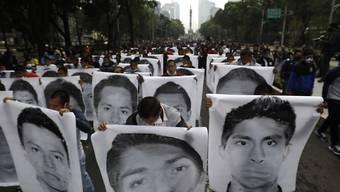 Studenten und Familienmitglieder nehmen an einem Gedenkmarsch anlässlich des sechsten Jahrestages des Verschwindens von 43 Studenten teil. Sechs Jahre nach dem Verschwinden der Studenten im Südwesten von Mexiko hat die Regierung weitere Ermittlungen versprochen.