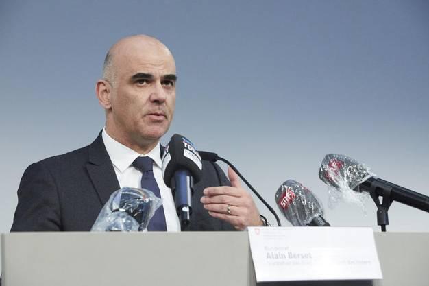 Bundesrat Alain Berset lobte am Dienstag vor den Medien das neue Drive-in-Testcenter auf der Luzerner Allmend.