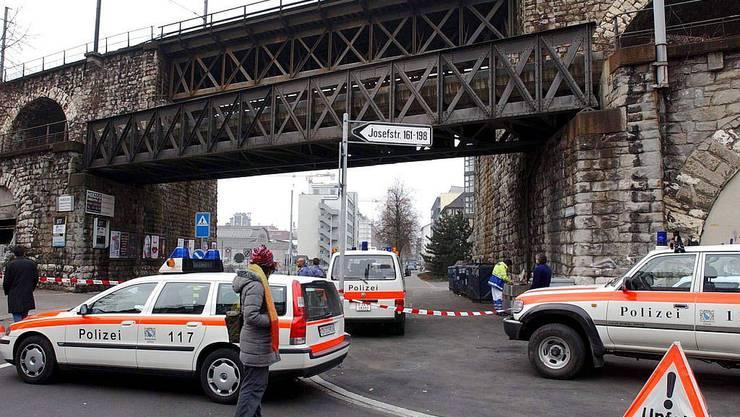 Grossfahnung der Polizei in Zürich wegen Krimifans
