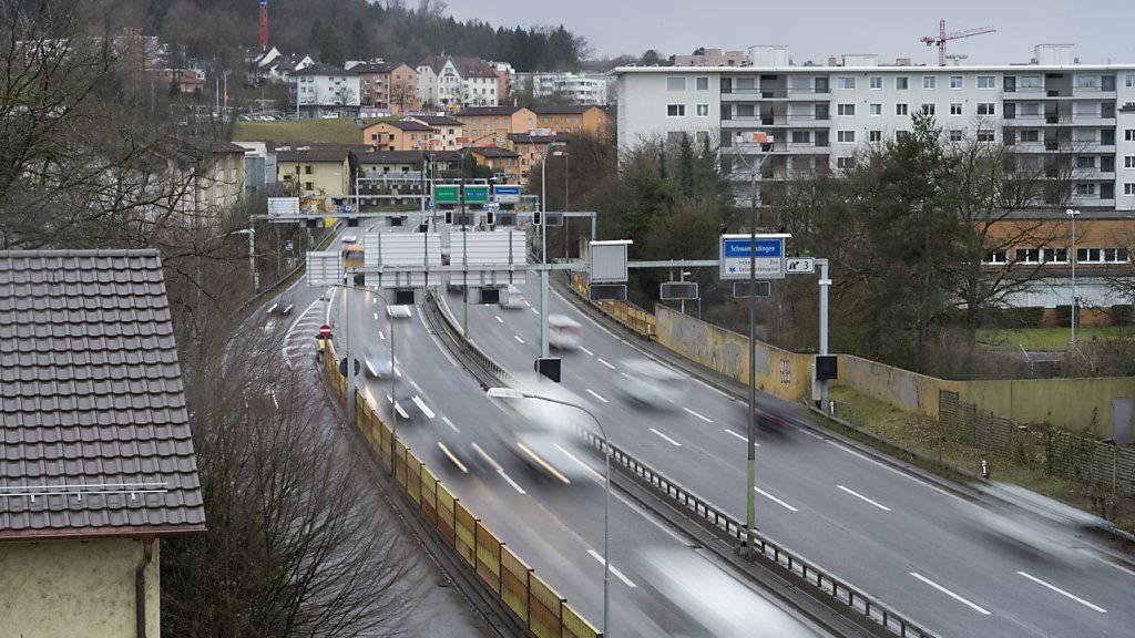 Das Bundesamt für Strassen (Astra) hat keine klare Linie beim Management seiner rund 3800 Grundstücke an den Nationalstrassen, kritisiert die Eidgenössische Finanzkontrolle (EFK) in einem Bericht. (Archivbild)