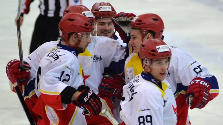 Michel Zwahlen, Marco Vogt, Fabian Steiner, Kaj Leuenberger und Mirco Blumenthal freuen sich über das zweize Zuchwiler Tor.