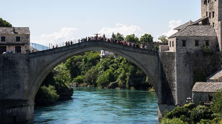 Alle warten darauf, dass der Brückenspringer abhebt. Mostar wird von Touristen regelrecht überrannt. Was kaum einer von ihnen weiss: Die Stadt ist ethnisch aufgeteilt.