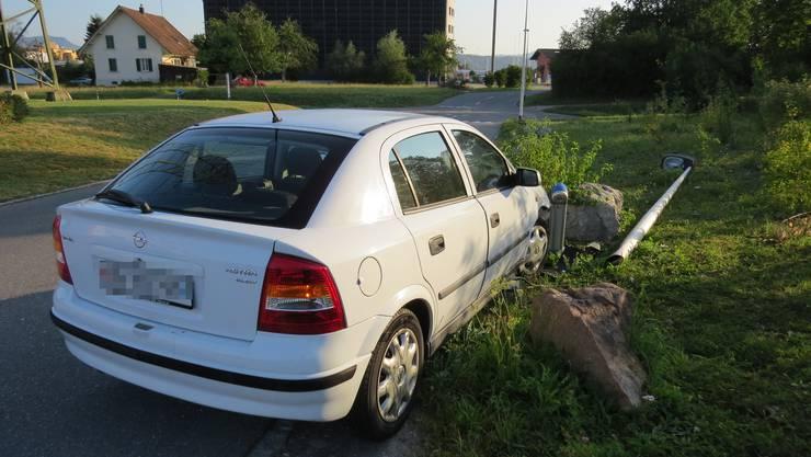 Dieser Opel wich einem entgegenkommenden Auto aus und prallte gegen eine Strassenlaterne.