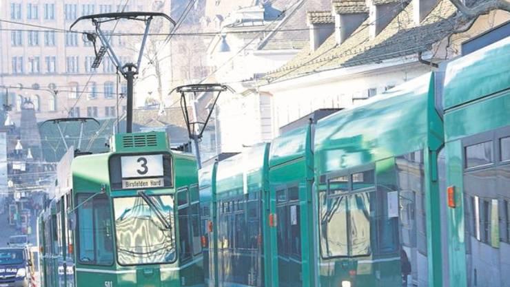 Sie fahren durch die Stadt, als wäre nichts gewesen: Die grünen BVB-Trams.