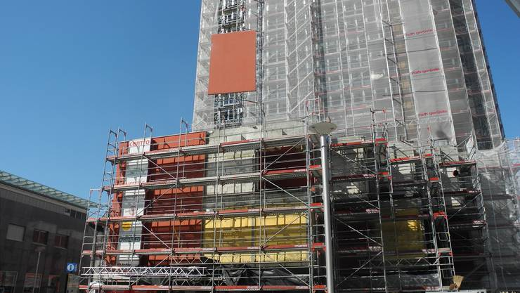 Die letzten Betonelemente der Fassade werden mit einem Pneukran abmontiert.