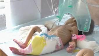 Hitesh Sirohi wollte seine Tochter begraben und fand lebendig begrabenes Baby (Bareilly, Indien, 13.10.2019).