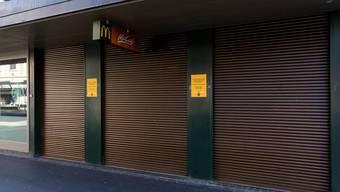 Vielerorts steht das Wirtschaftsleben still - wie hier in einer McDonald's-Filiale in Zürich.