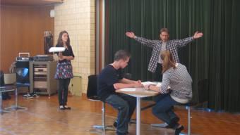 Regisseur Markus Gut (mit ausgebreiteten Armen) übt mit den Jugendlichen den Ablauf auf der Bühne.