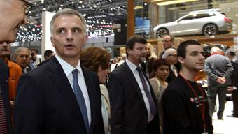 Bundespräsident Burkhalter am Automobilsalon in Genf im Gespräch mit Salon-Präsident Maurice Turrettini.