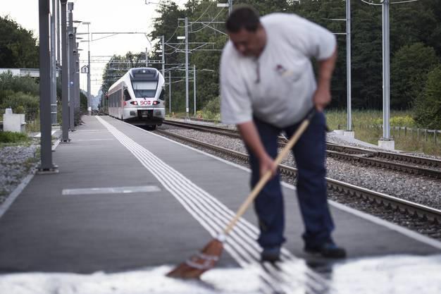 Ein Arbeiter säubert am Bahnhof in Salez den Bahnsteig und lässt Blutspuren verschwinden.