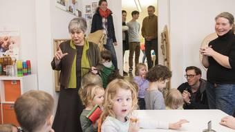 Betriebsleiterin Kathie Wiederkehr unterhielt sich während der Hausführung mit den Kindern.