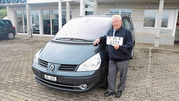 Louis Keller gibt seinen Renault und das Kennzeichen AG 4123 ein für alle Mal ab.