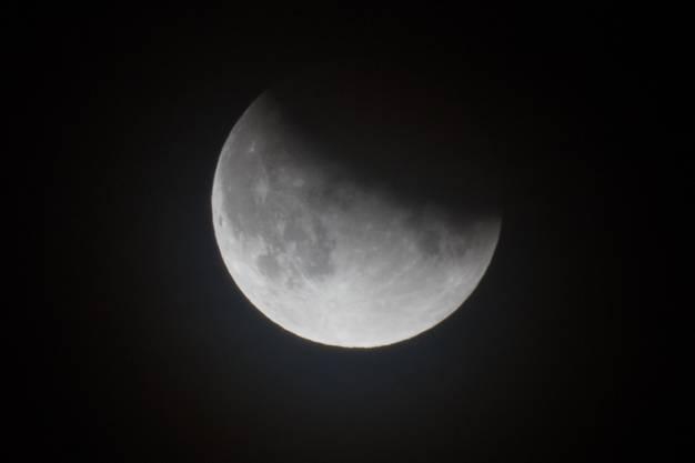Die Mondscheibe im Kernschatten der Erde.