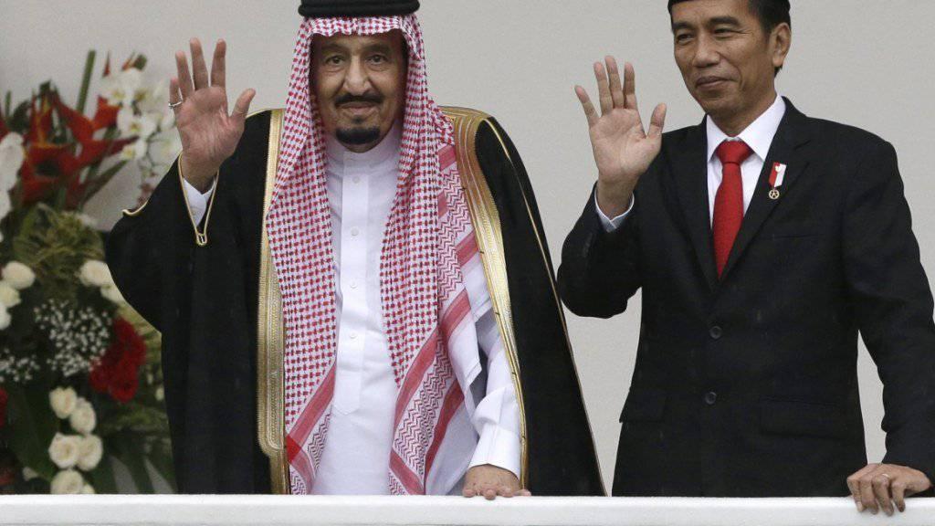 Saudi-Arabiens König Salman und der indonesische Präsident Joko Widodo winken.