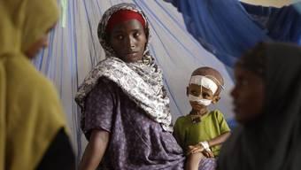 Eine Frau und ihr Kind im kenianischen Flüchtlingslager Dadaab (Archiv)