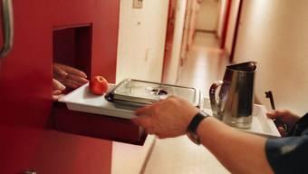 Haftanstalten gehen soweit möglich auf die Ernährungsbedürfnisse der Gefangenen ein. (Symbolbild)