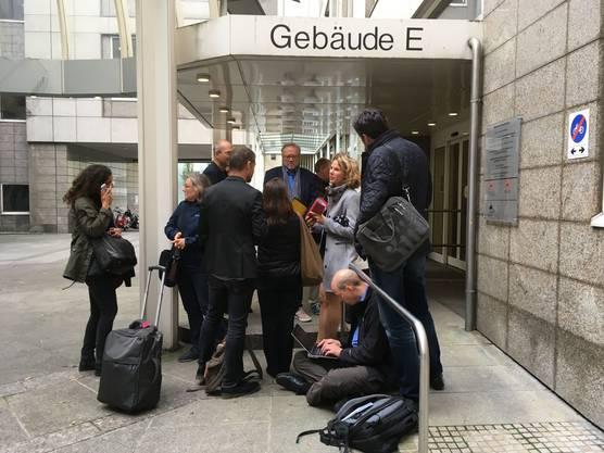 Journalisten warten vor dem Oberlandesgericht in Frankfurt.