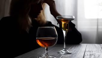 """Der Griff zur Flasche passiert in Krisen häufiger - bei jenen, für die dies schon vorher die """"Lösung"""" von Stress und Depressionen war."""