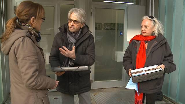 Kurt Amsler übergibt die Wildsau-Petition an Fiona Strebel von der Aargauer Oberstaatsanwaltschaft.