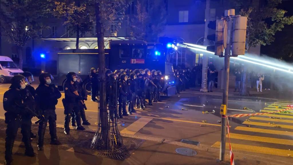 Wasserwerfer und Gummischrot: Erneut unbewilligte Corona-Demo in Bern