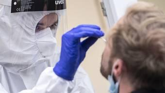 Der Abstrich für den Antigen-Schnelltest läuft relativ ähnlich ab wie bei der bekannten PCR-Methode und ist «leider immer noch gleich unangenehm», wie die Virologin sagt.