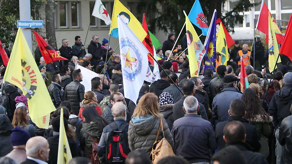 Die Verhaftung der Parlamentsabgeordneten der pro-kurdischen Oppositionspartei HDP in der Nacht auf Freitag hat Auswirkungen bin in die Schweiz: Demonstranten protestieren am Freitagnachmittag mit Flaggen des Kurdenführers Abdullah Oecalan an einer unbewilligten Demonstration in Zürich.