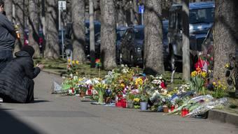 Am Tag nach dem schrecklichen Tötungsdelikt am St. Galler-Ring in Basel, wo ein 7-jähriges Kind Opfer eines Gewaltverbrechens wurde, trauern auch heute noch viele Menschen und legen Blumen oder Kerzen nieder.