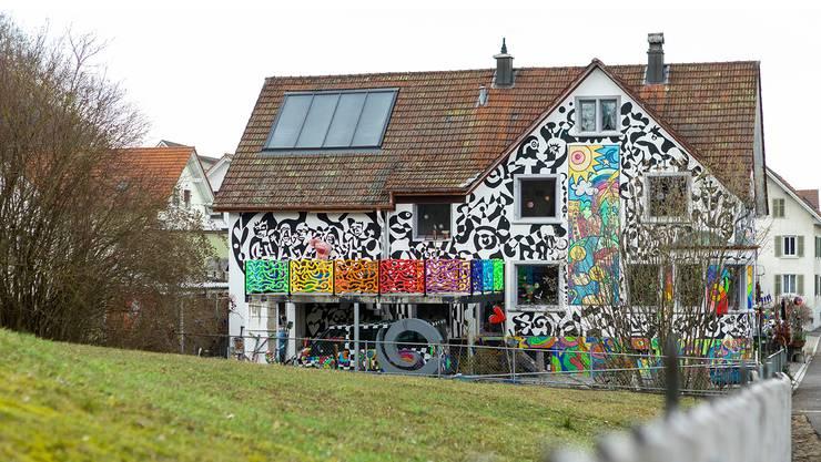 Das kunterbunte Haus der Familie Hundt in Villmergen gefällt im Dorf.