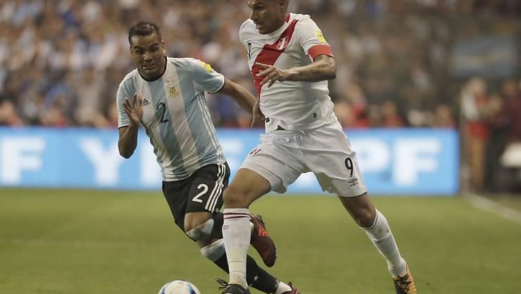 Perus Captain Paolo Guerrero (am Ball) wird wegen eines Dopingvergehens nicht an der WM spielen können
