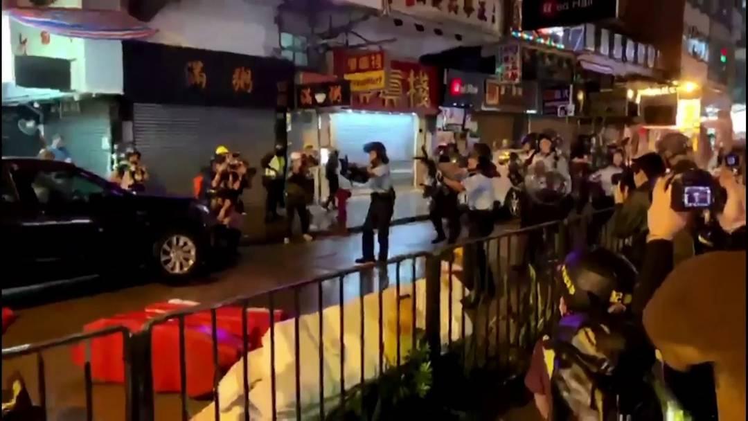 Tränengas, Baseballschläger und erstmals ein Schuss: Erneut schwere Ausschreitungen in Hongkong
