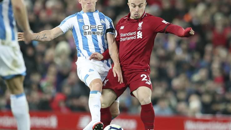 Es ist ein seltenes Bild geworden: Xherdan Shaqiri im Tenü von Liverpool und im Einsatz. Hier gegen Jonathan Hogg von Huddersfield Town.