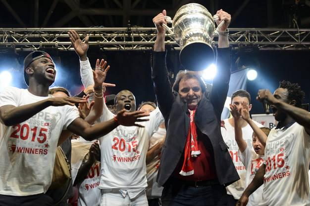 Christian Constantin stemmt den Cup in den Basler Nachthimmel.