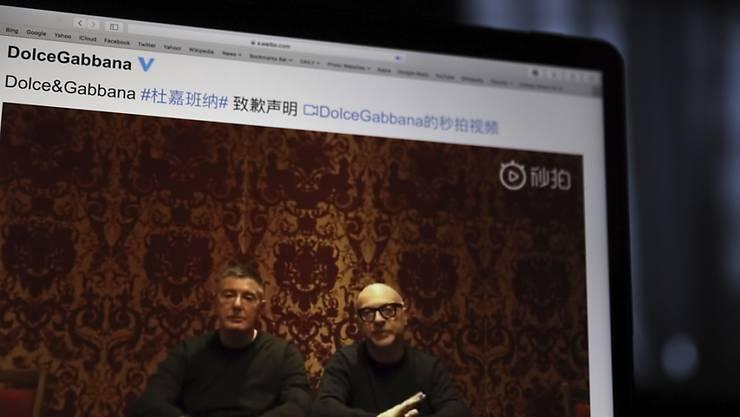 Die Gründer von Dolce&Gabbana Domenico Dolce (l) und Stefano Gabbana (r) entschuldigen sich in einem Video für einen Spot, der in China als beleidigend empfunden wird. (AP Photo/Ng Han Guan)