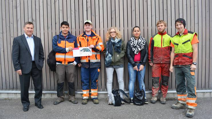 Gemeindeammann Böni begrüsste die Lehrlinge zum Arbeitseinsatz im Wald.