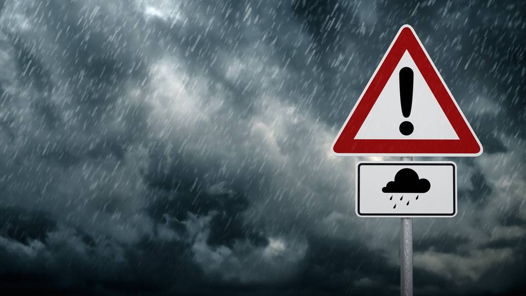 Wind, Regen und Schnee - das Sturmtief Uwe erreicht das FM1-Land am Abend.