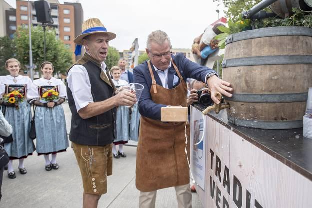 Der OK-Präsident Heinz Tännler (rechts) beim Anzapfen des ersten Bierfasses im Rahmen der offiziellen Eröffnung der Schwingergasse am Esaf.