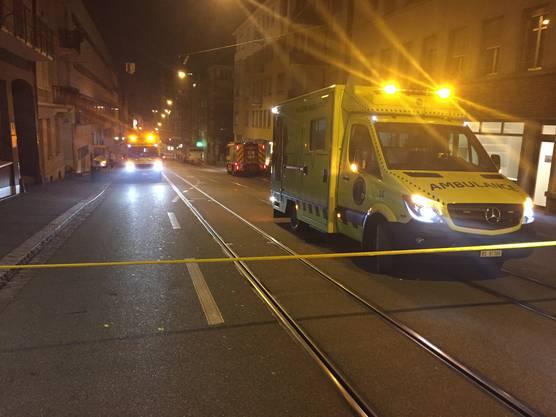 Jeweils mehrere Fahrzeuge von Sanität, Feuerwehr und Polizei standen im Einsatz.