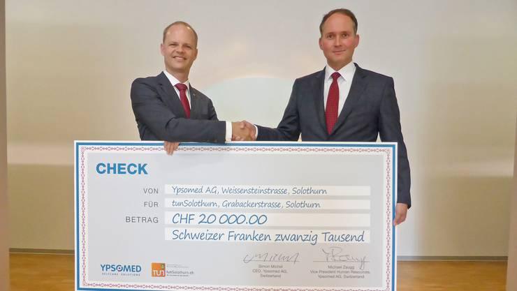 Investition in Berufsnachwuchs: Simon Michel (r.) überreicht Daniel Probst den Check.