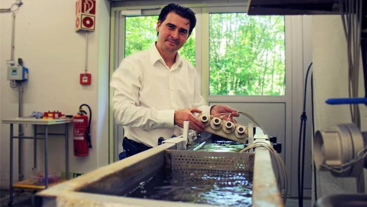 Christoph Bühler, Leiter der ARA, zeigt vier der Messtationen, in denen die Bachflohkrebse das gereinigte Abwasser auf Giftstoffe überprüfen.