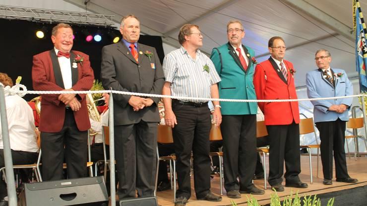 Stolzer Moment auf der Bühne: Ein Teil der neu ernannten Kantonalen Ehrenveteranen im verdienten Rampenlicht, darunter der Wangner Ruedi Hueber (2.v.r.) Fotos: ZVG