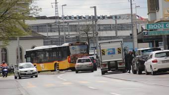 Das Einmünden in die Aarauerstrasse beim Bahnhof Brugg kann Geduld erfordern.
