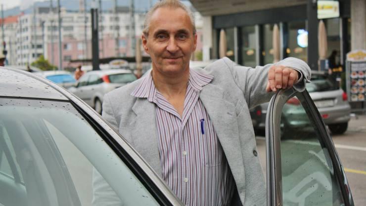 Die langen Wartezeiten bereiten ihm mittlerweile keine Mühe mehr: Paul Annen am Taxistand beim Bahnhof Dietikon.