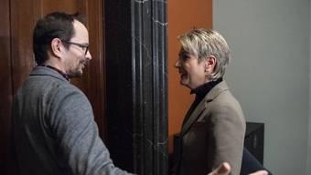 Grünen-Fraktionschef Balthasar Glättli begrüsst FDP-Bundesratskandidatin Karin Keller-Sutter.