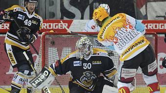 Lakers Niklas Persson fordert Luganos Goalie Elvis Merzlikins